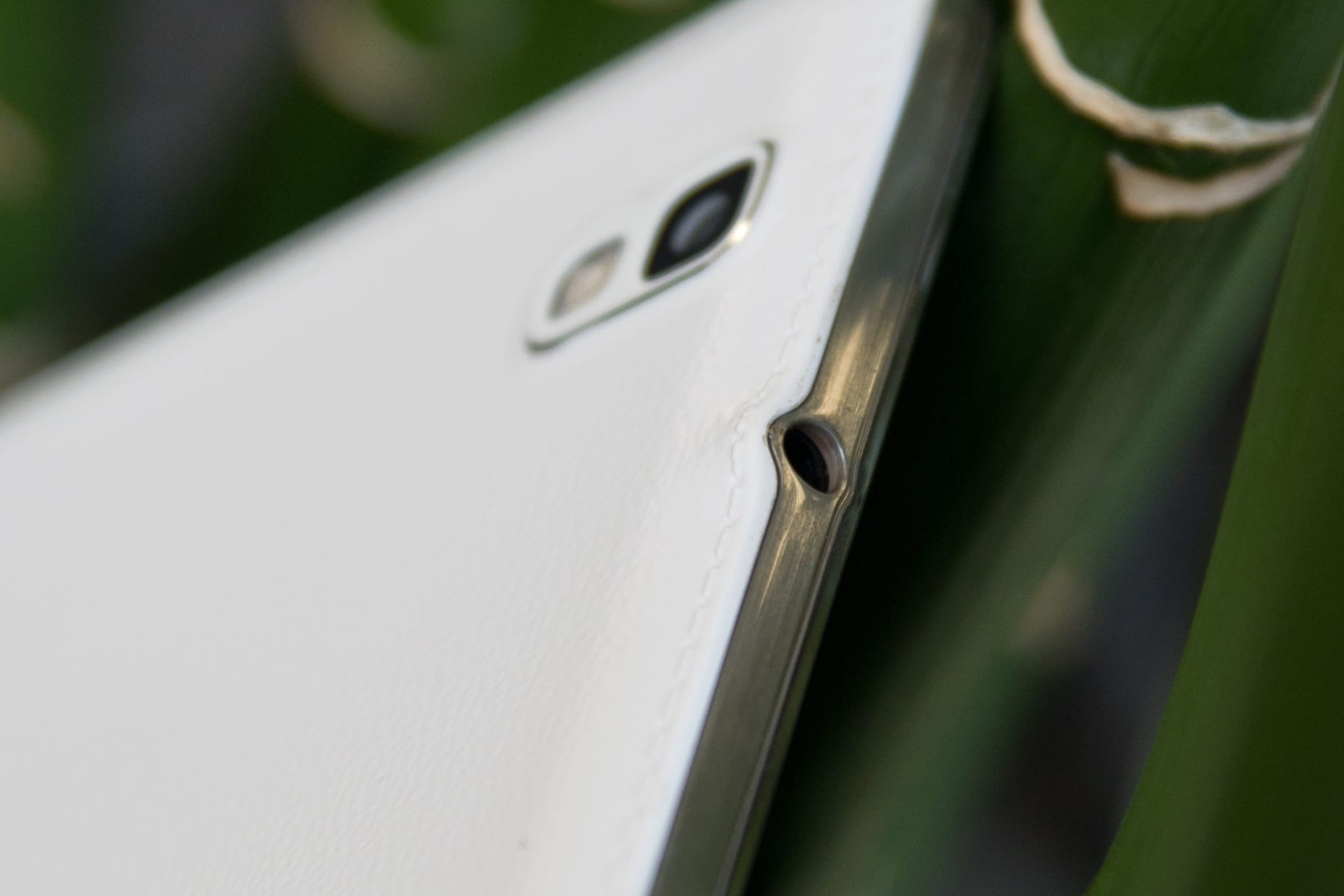 """A picture of the Samsung Galaxy Tab Pro 8.4"""" tablet's headphone jack."""