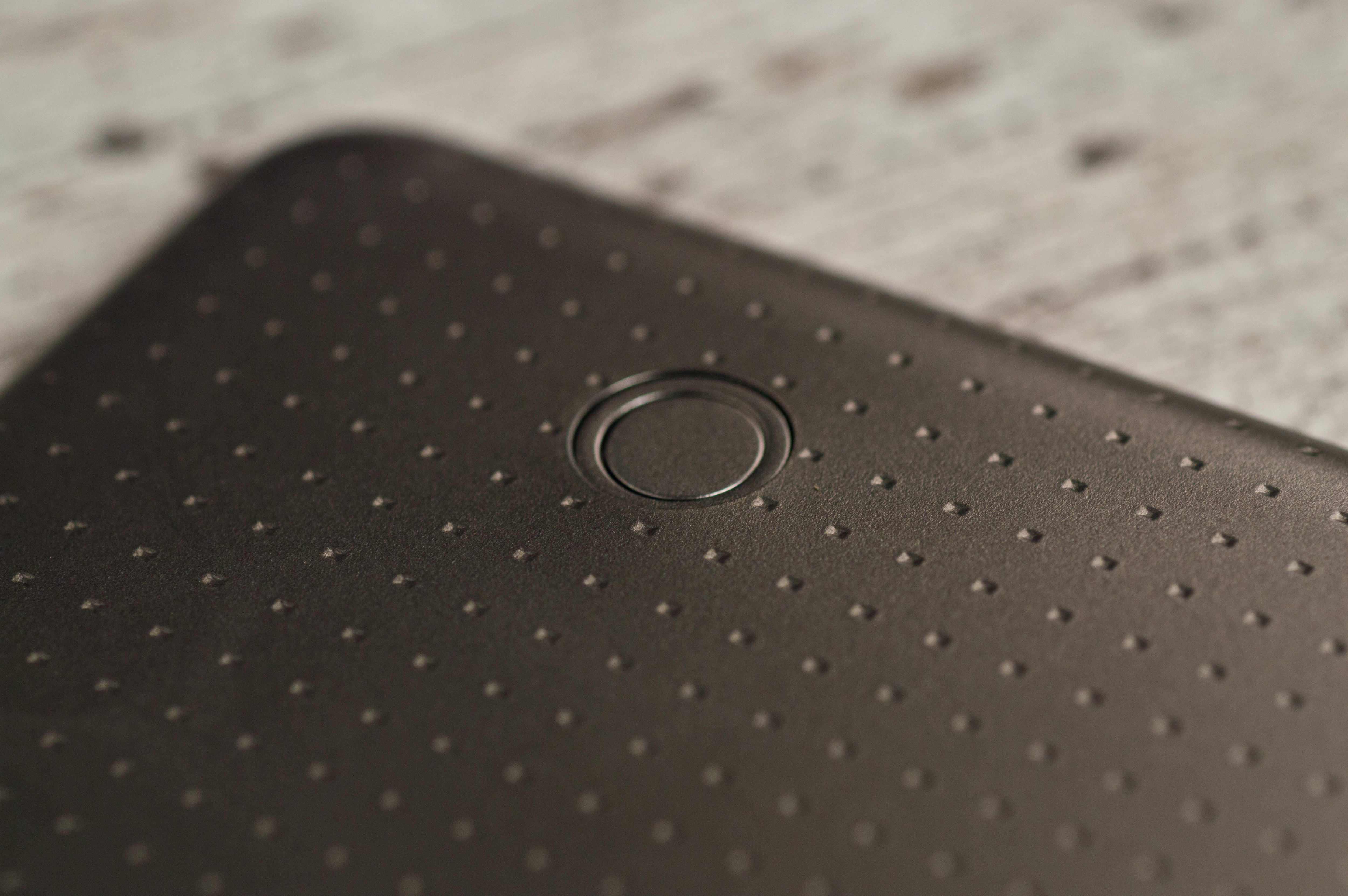 A photograph of the Samsung Galaxy Tab S 8.4's case lock.