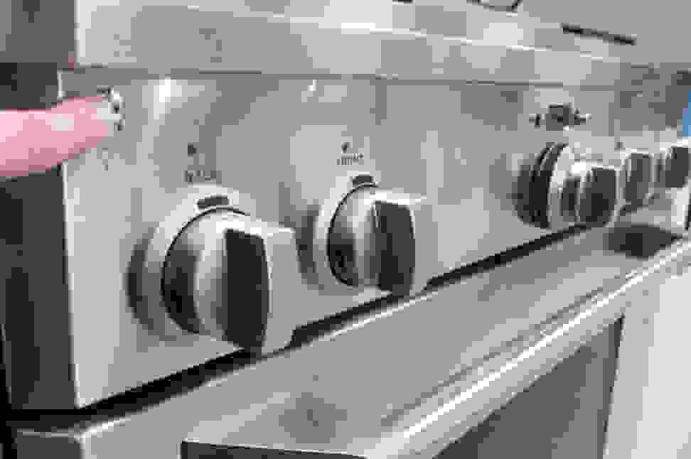 GE Monogram ZDP364NDPSS controls in use