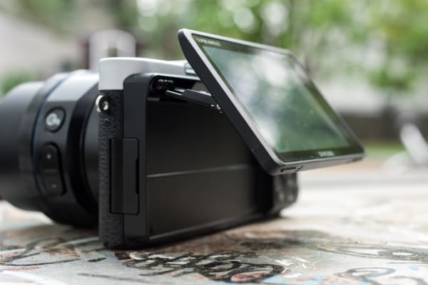 The rear LCD is extremely flexible, allowing users to avoid glare and shoot unique angles with ease.
