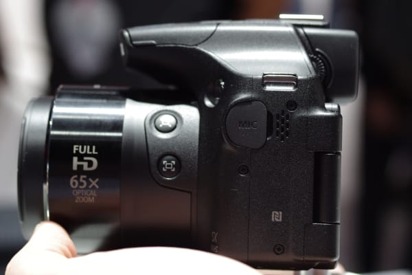 The SX60 HS has a mic port placed on the left side of the camera.