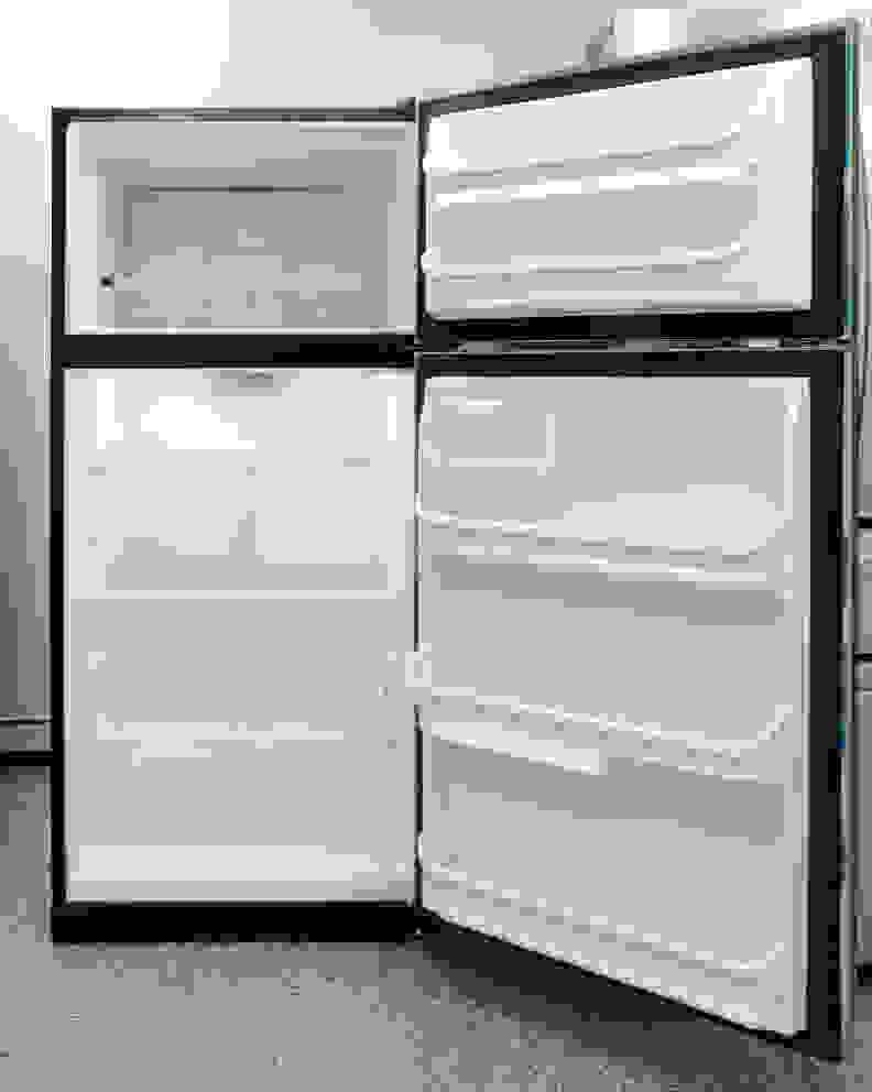 Frigidaire FFTR1821QS Interior