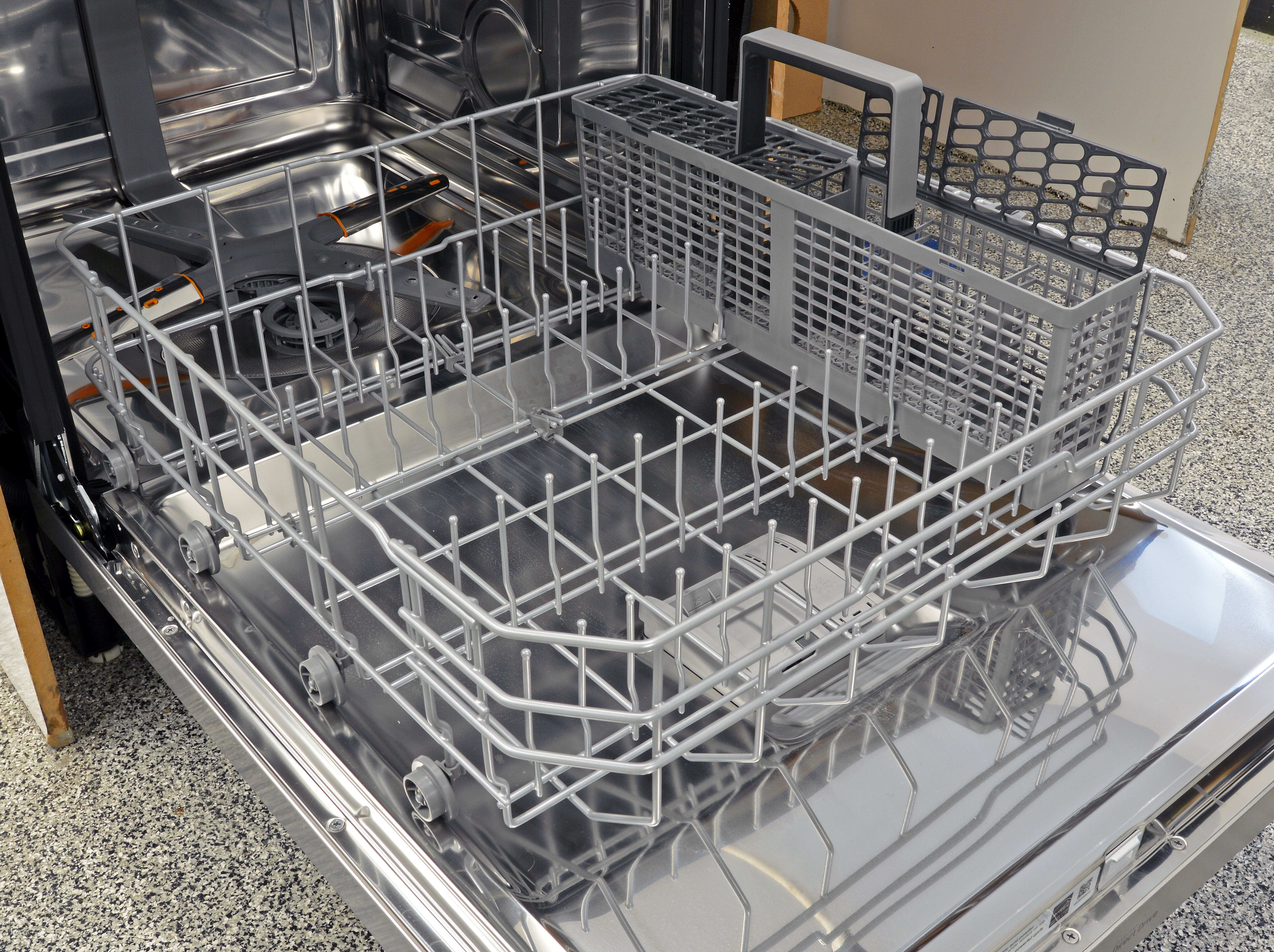 The lower rack doesn't offer any versatility in its layout (and the cutlery basket takes up too much space in our opinion) but it handles well and feels sturdy.