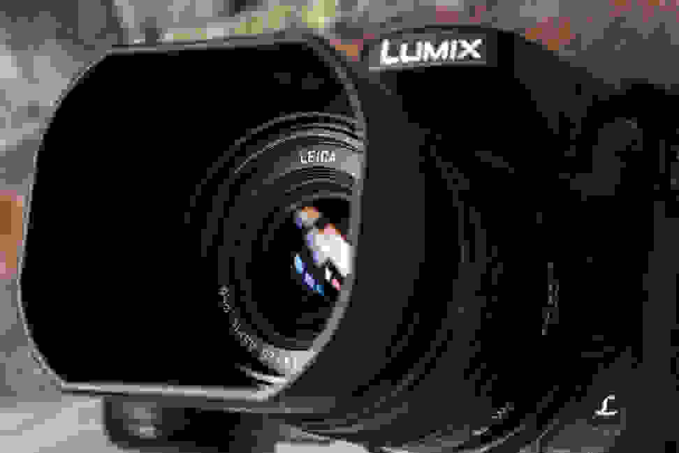 panasonic-25mm-f1p4-review-design-camera-angle.jpg