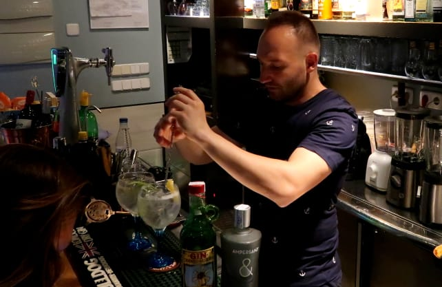 Mixing a Spanish gin tonic