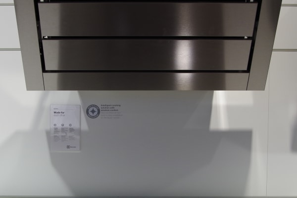 This range hood turns on when the cooktop tells it to.