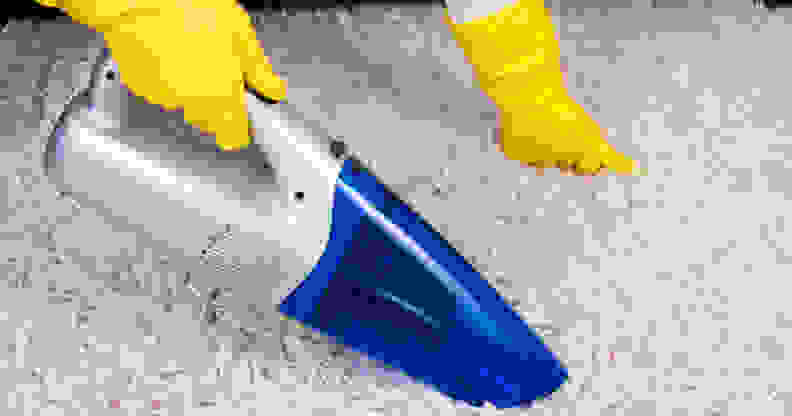 Cleaning a carpet with a cordless vacuum