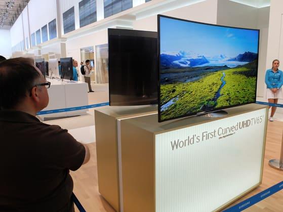 Samsung-4K-OLED-admiring -an.jpg