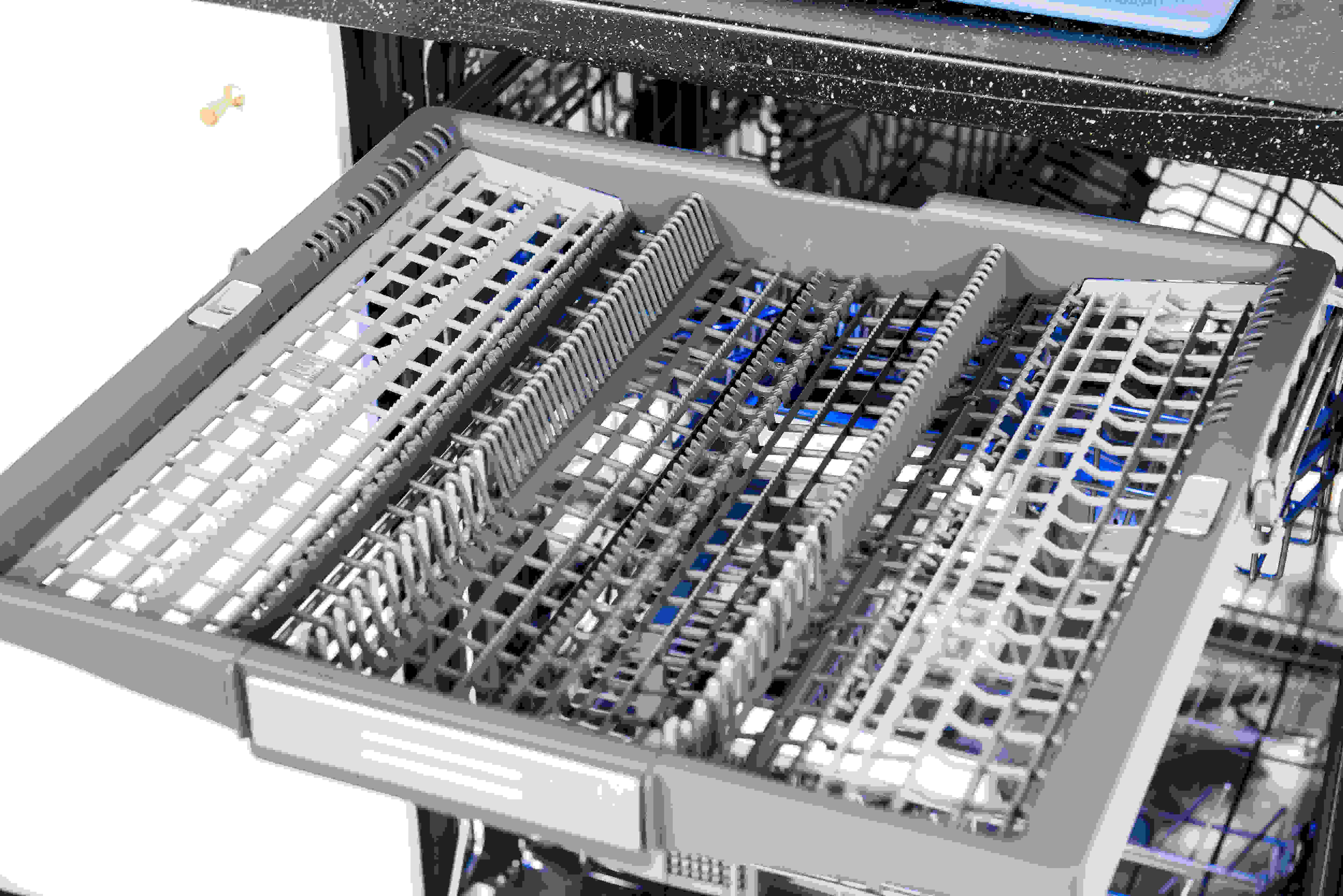 Thermador Sapphire DWHD650JPR empty third rack