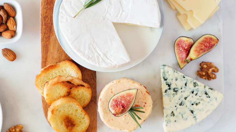 Crackers for cheeseboard