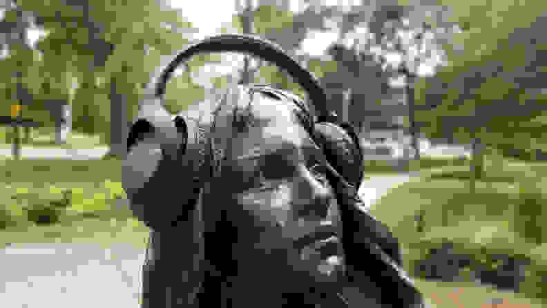 Sony-WHCH710N-statue
