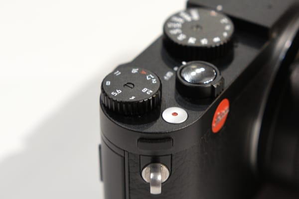 The aperture control is not on the lens, but is instead controlled by this dial on the top plate.