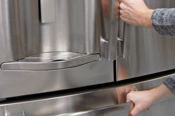 The GE Profile PFE28RSHSS's handles are smooth and sturdy.