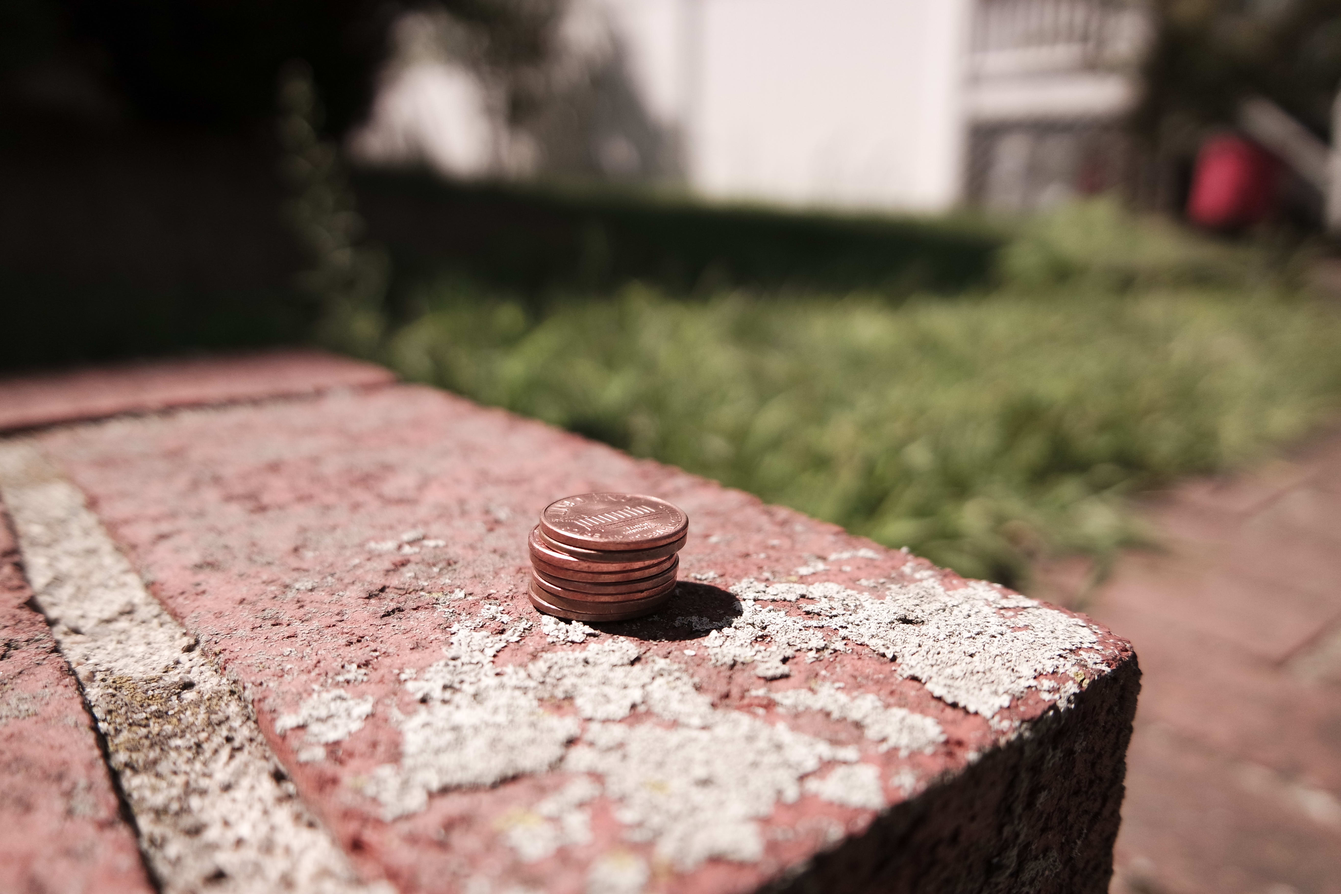 A sample photo of a stack of pennies shot by the Samsung NX3000.