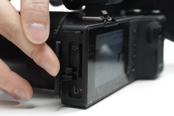 The dp0 Quattro uses SDHC memory cards, but also features a USB port.