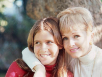 Carrie Fisher and Debbie Reynolds in a still from Bright Lights