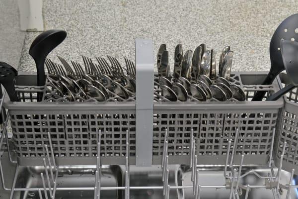 KitchenAid KDTM704ESS cutlery basket capacity