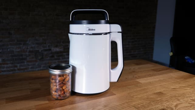 Midea NRG Milk Extractor with almonds