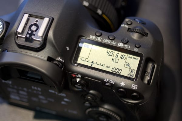 A large top LCD gives you all the shooting information you need, without refering to the viewfinder or rear screen.