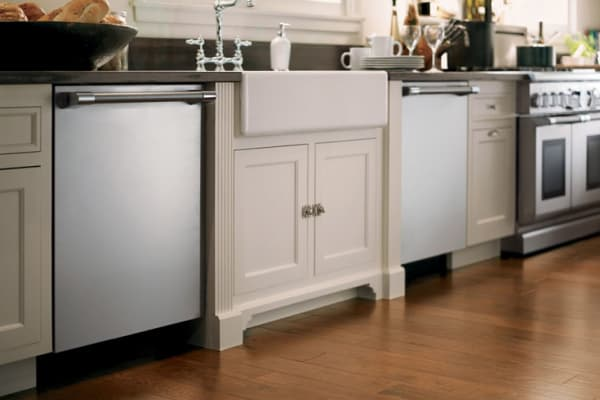 A traditional white kitchen with Thermador's 24-inch Sapphire Series dishwasher and a 48-inch gas range.