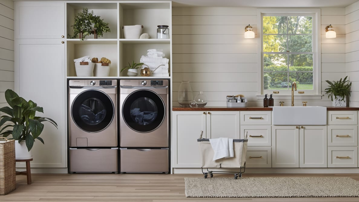 The Samsung WF45R6300AV is a washer that will work for plenty of families.