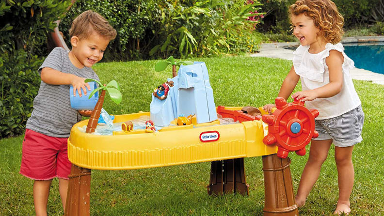 Island wavemaker water table