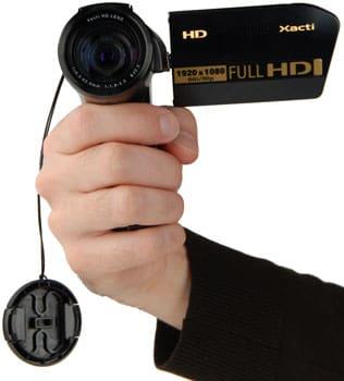 Sanyo_VPC-HD1010_handling_lenscap_350.jpg