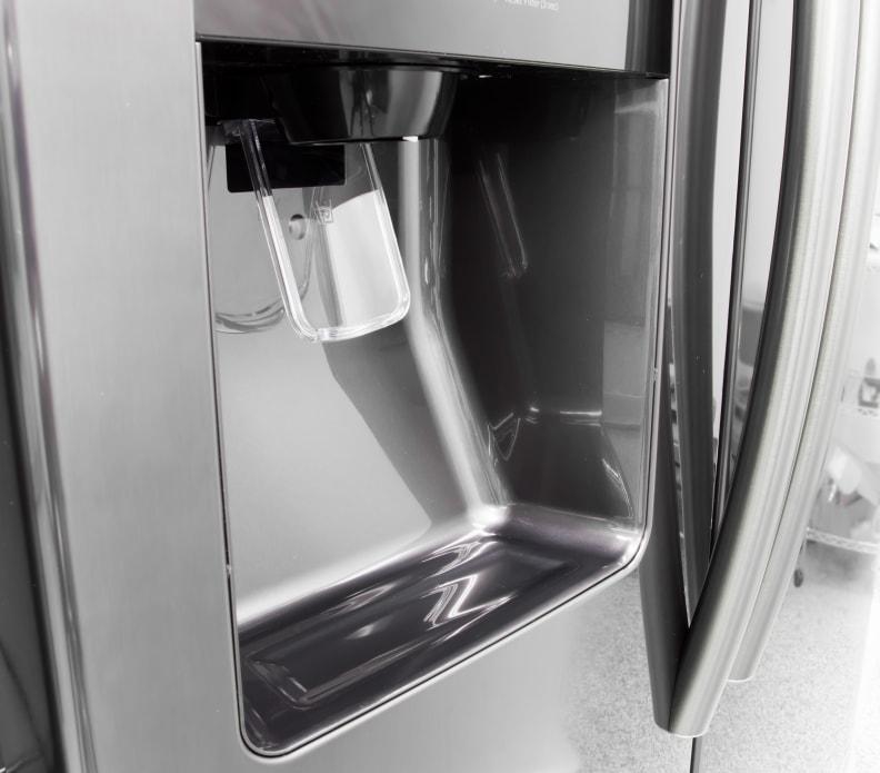 Samsung-RS25J500DSG-water-dispenser