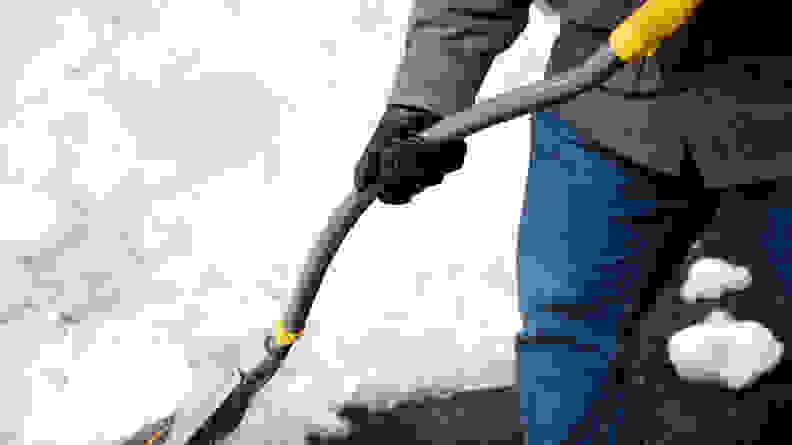 Ergonomic shafts help the shovel work with your body.
