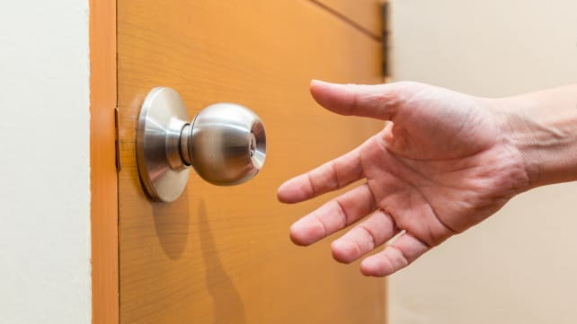 How to clean doorknob