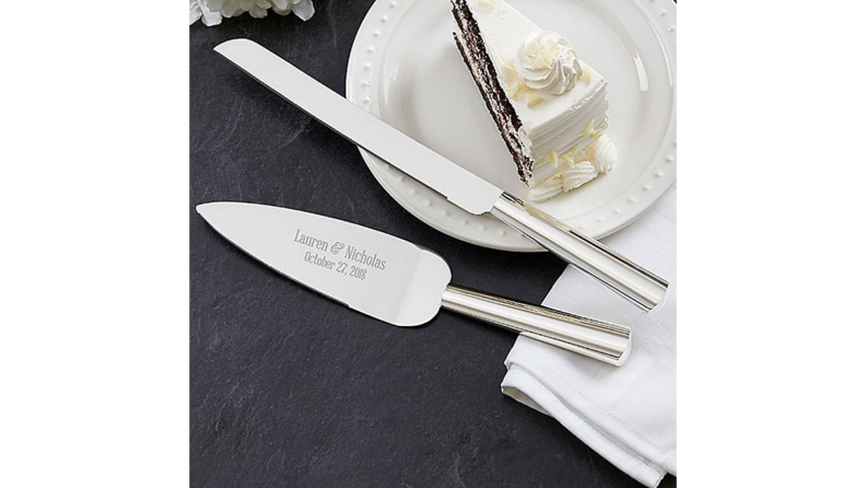 Best engagement gifts: Personalized cake and knife set