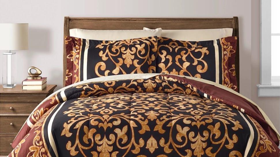 Elegant patterned quilt