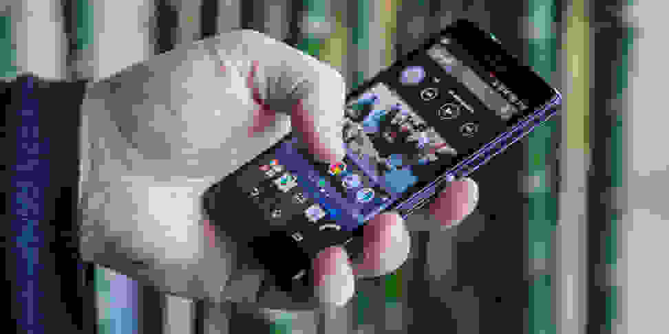 sony-xperia-z3-compact-review-design-handle.jpg