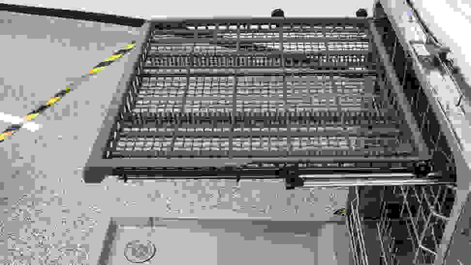 GE-Appliances-GDF630PGMWW-third-rack