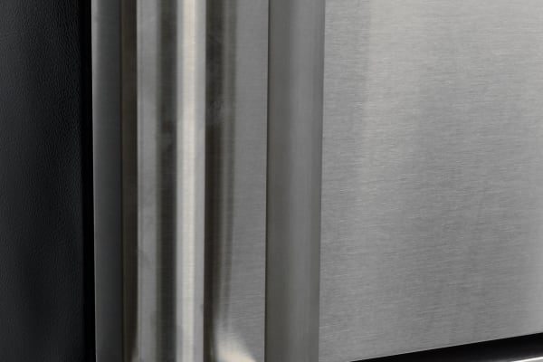 The Frigidaire FFTR1821QS's smooth handles are easy to grip, but can also smudge.