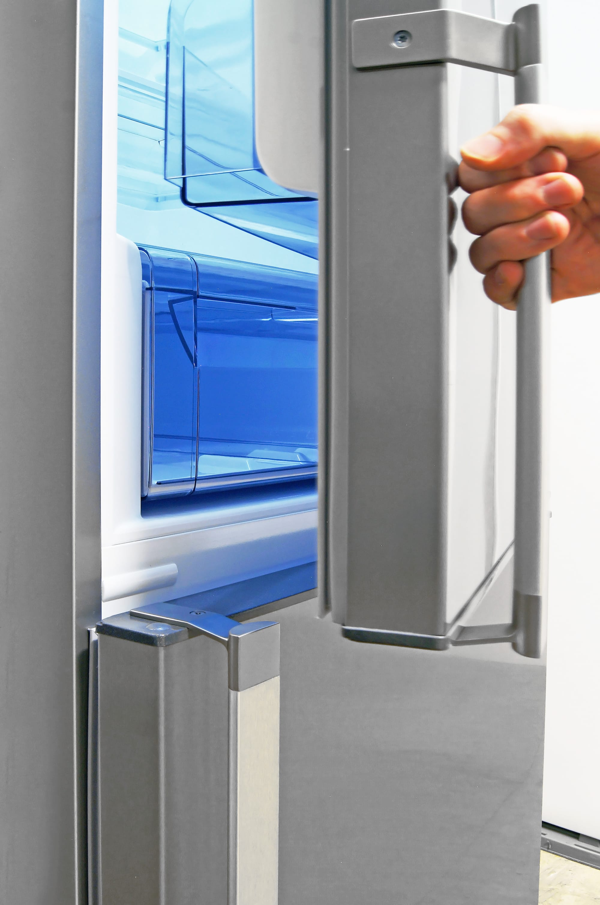 The Fagor FFJA4845X's door handles have a slightly raised edge between the darker hinge and the lighter connecting bar.