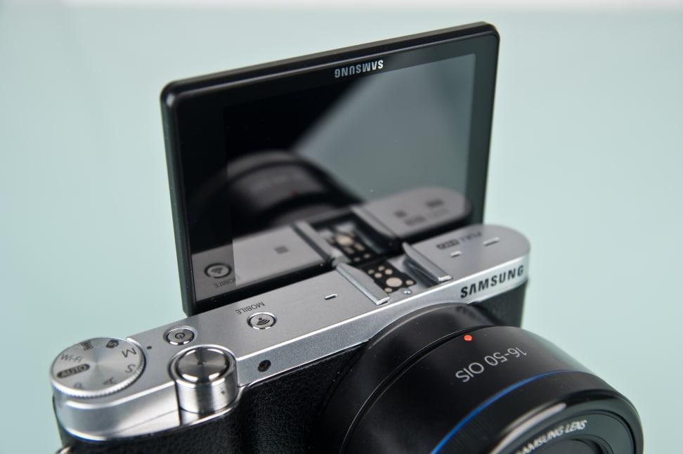 samsung-nx3000-review-design-selfiescreen.jpg