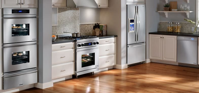 A transitional Distinctive Series kitchen with a Dacor 30-inch double oven, 30-inch warming drawer, and 30-inch dual fuel range.