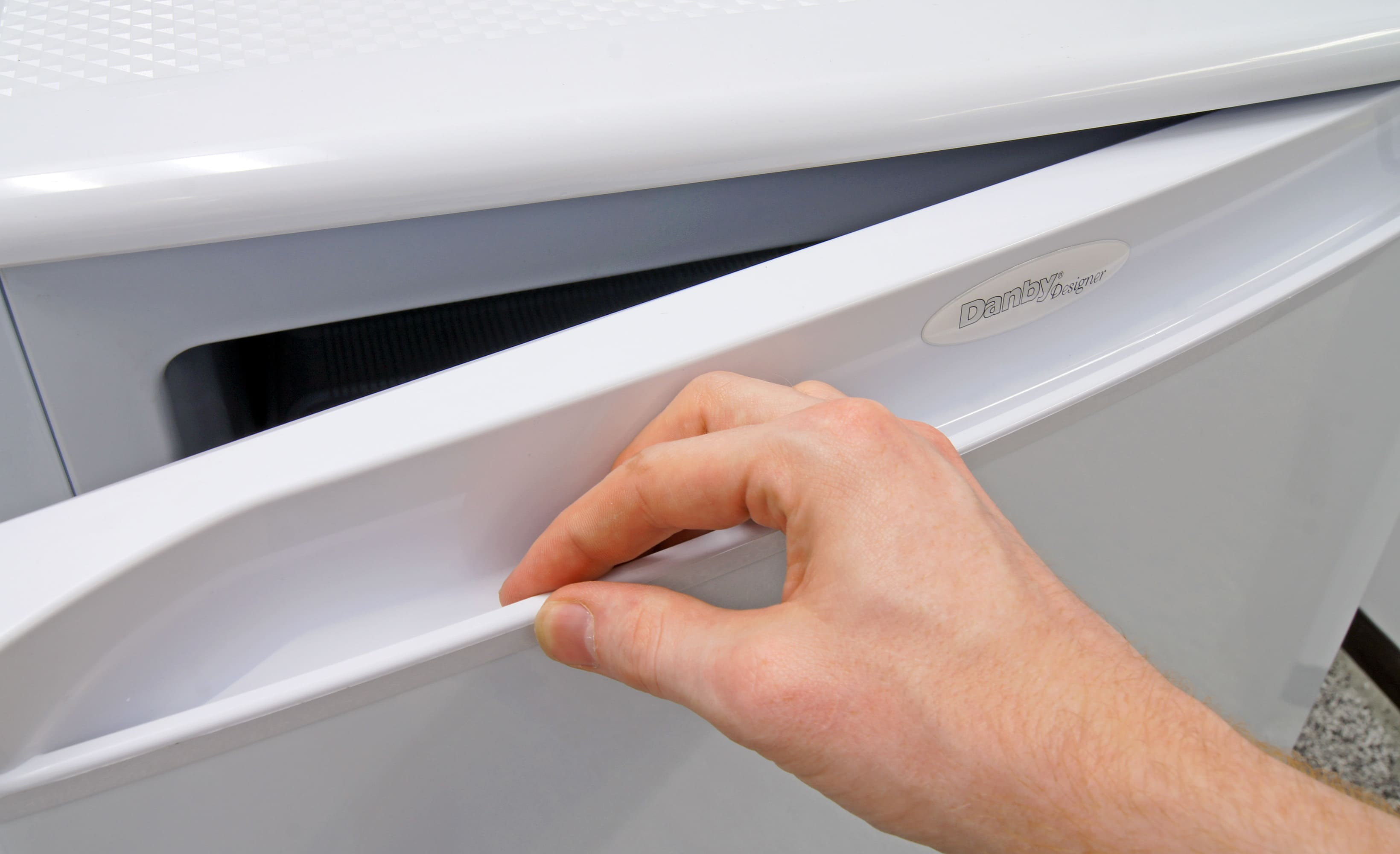 The recessed handle gives the Danby DUF408WE mini freezer a pleasant, seamless look.