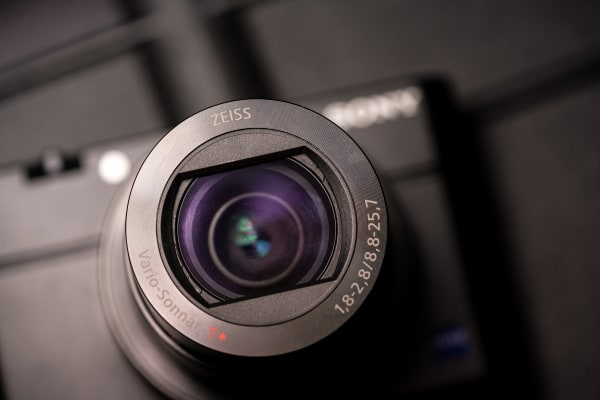 The RX100 IV is equipped with a Zeiss branded f/1.8 zoom lens.