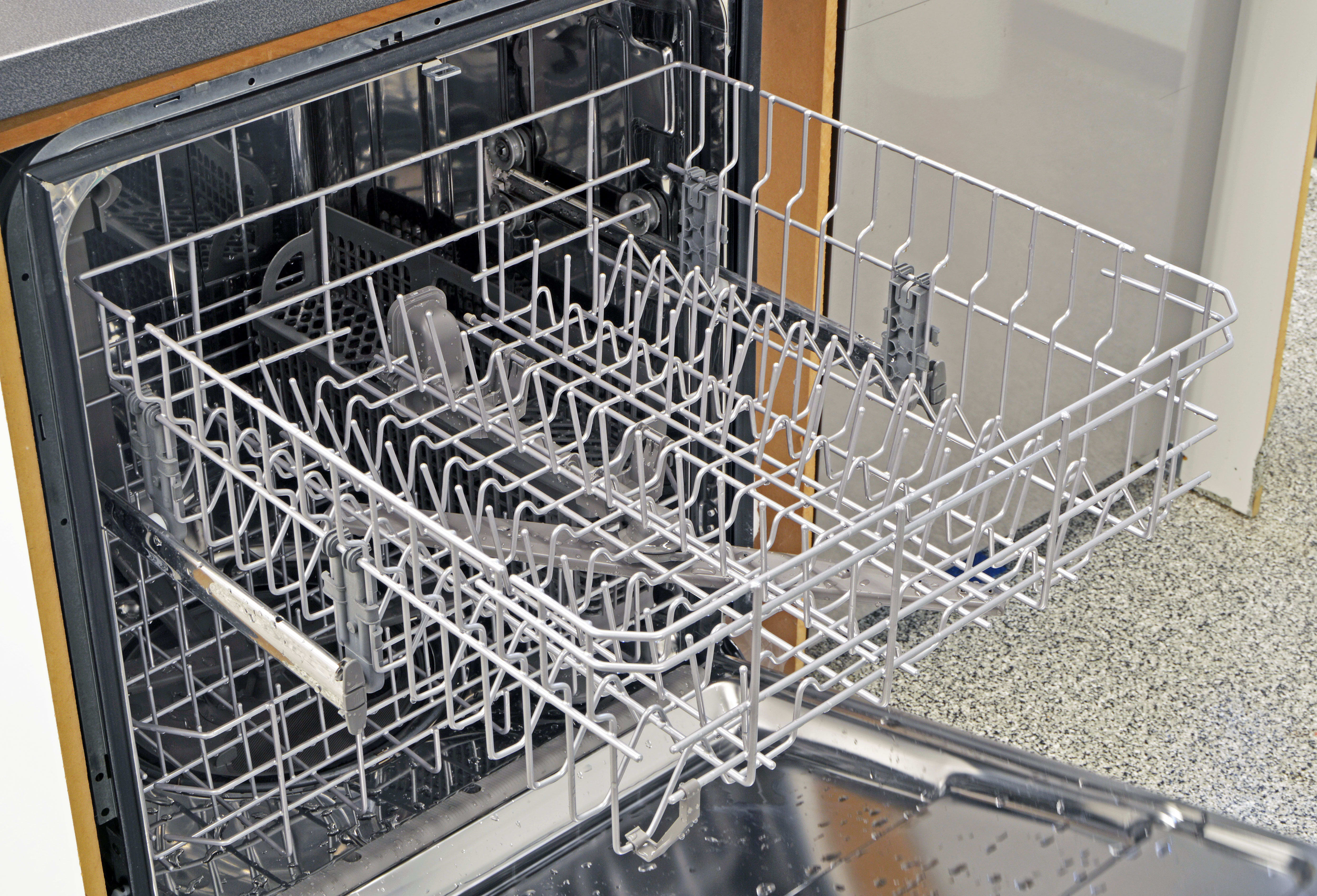 The IKEA Renlig IUD8555DX's upper rack is pretty straightforward, with angled tines suited to holding cups and bowls.