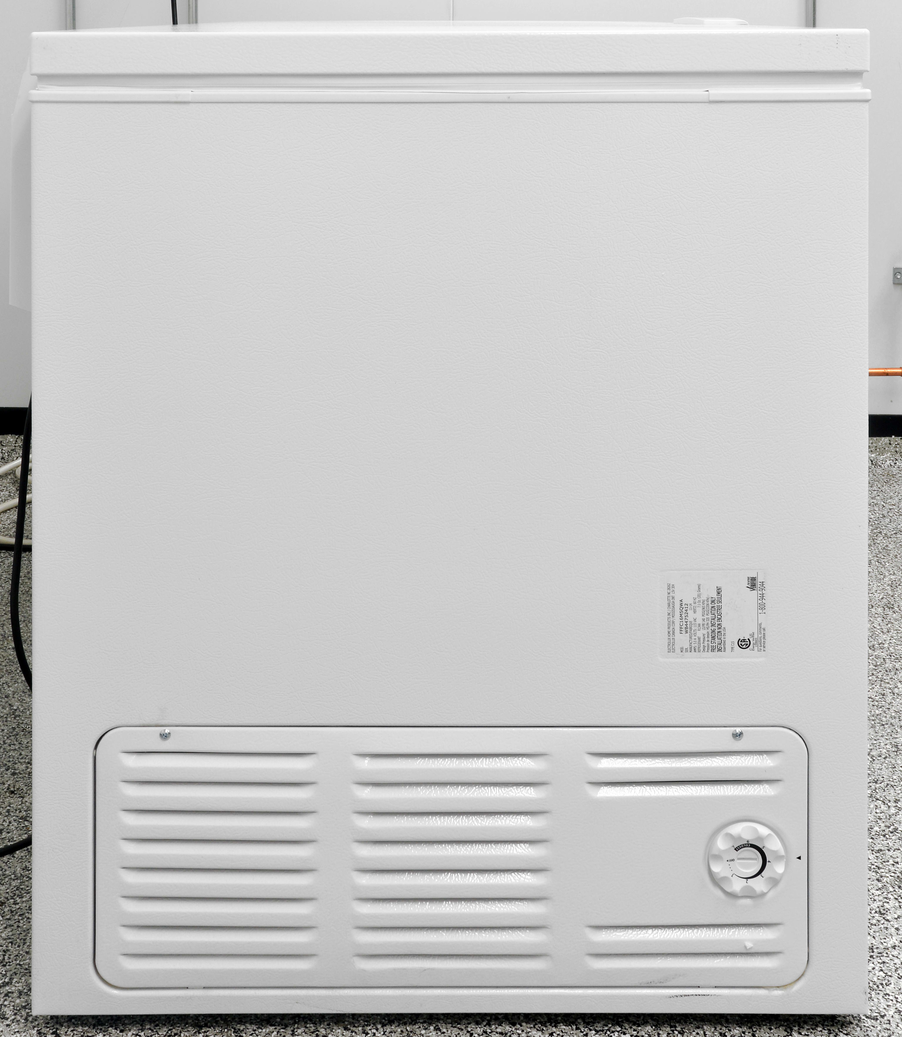 The control dial and air vent are located on the same side of the Frigidaire FFFC16M5QW.