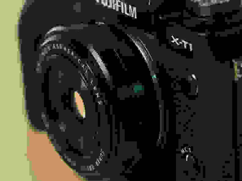 fuji-27mm-f-2p8-review-design-camera-angle.jpg