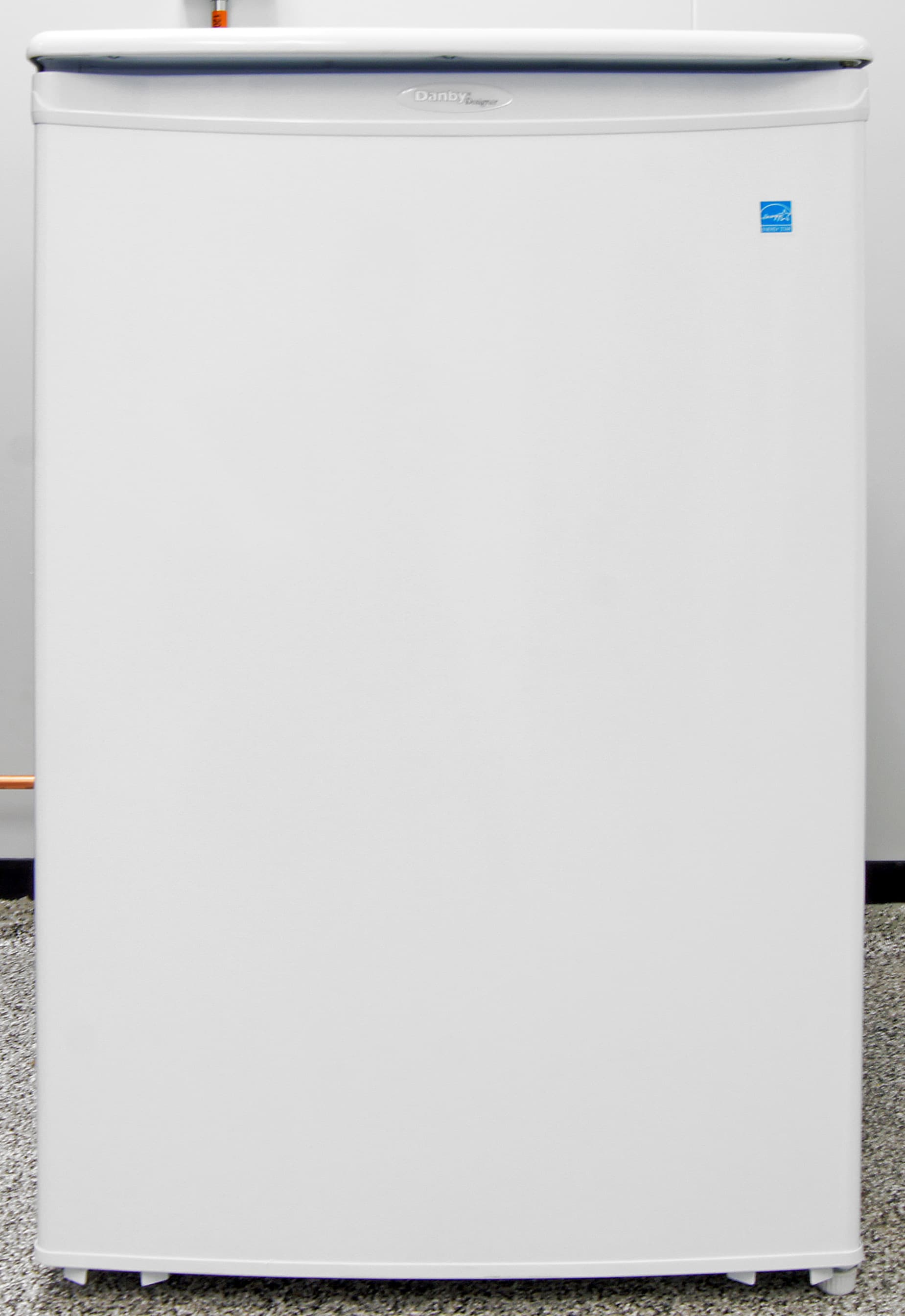 The glossy white door of the Danby DUF408WE is great at hiding fingerprints and other smudges.