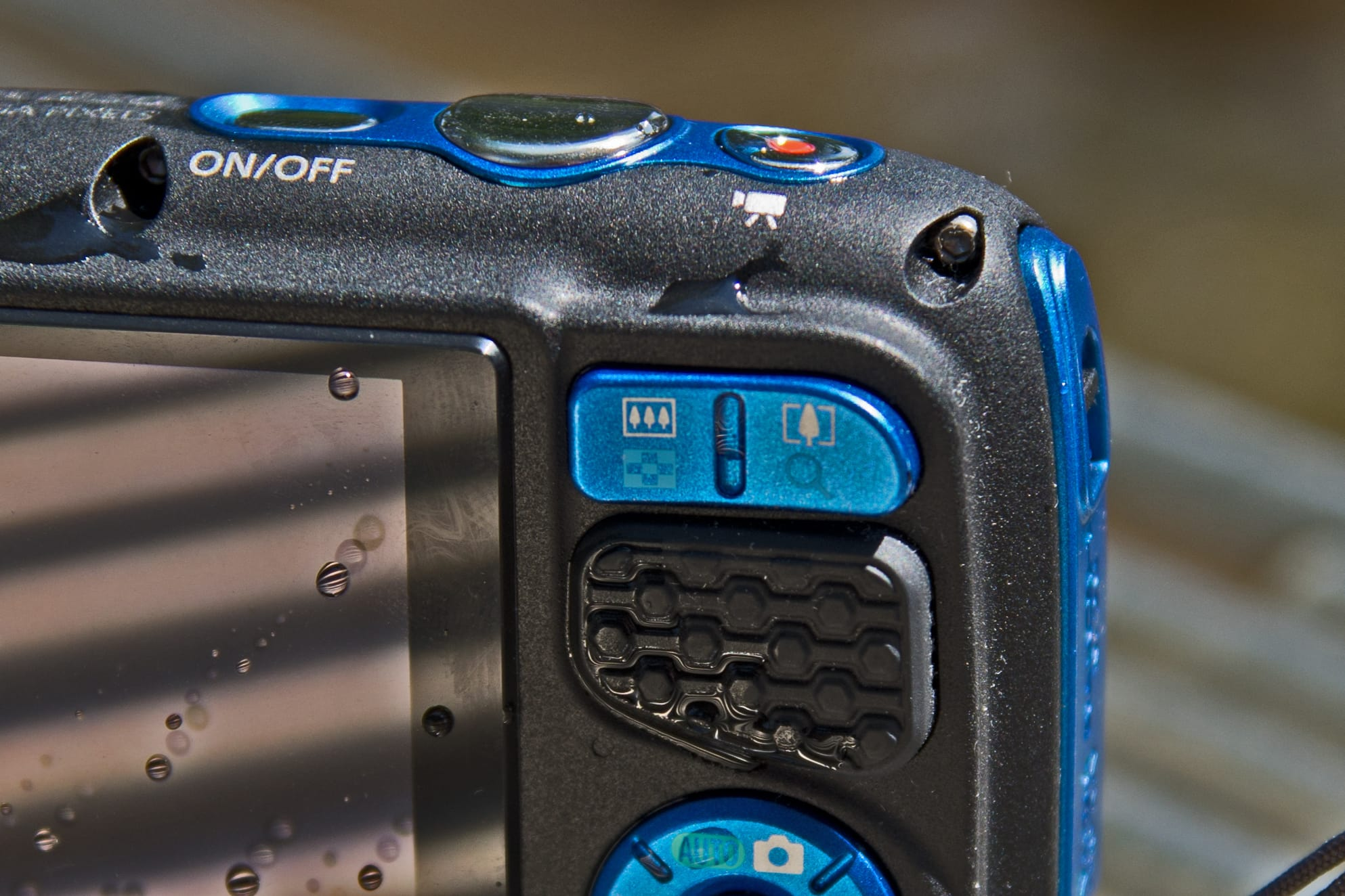 A picture of the Canon PowerShot D30's zoom controls.