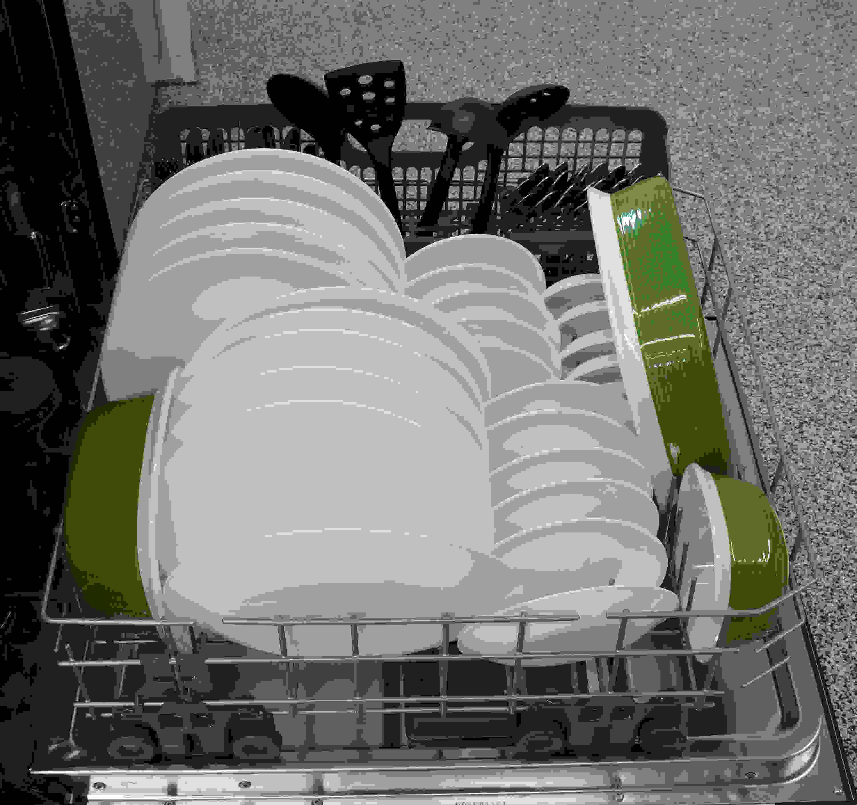 IKEA IUD7555DS bottom rack capacity closeup