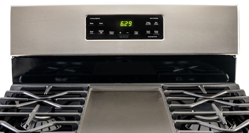 The GE JGBS66REKSS Freestanding Gas Range.