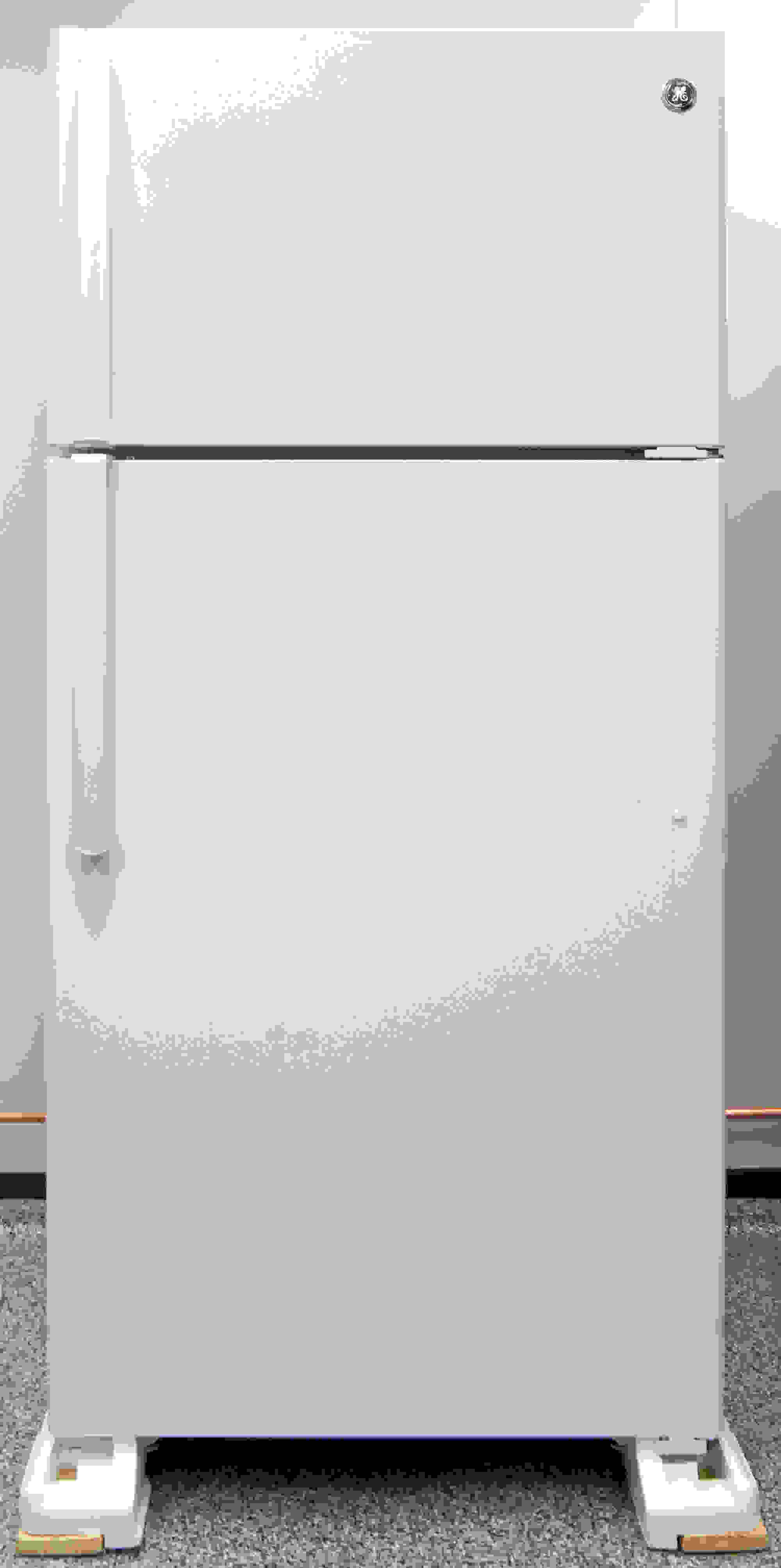 The GE GTS16DTHWW' is an unassuming white top freezer. Pretty straightforward.