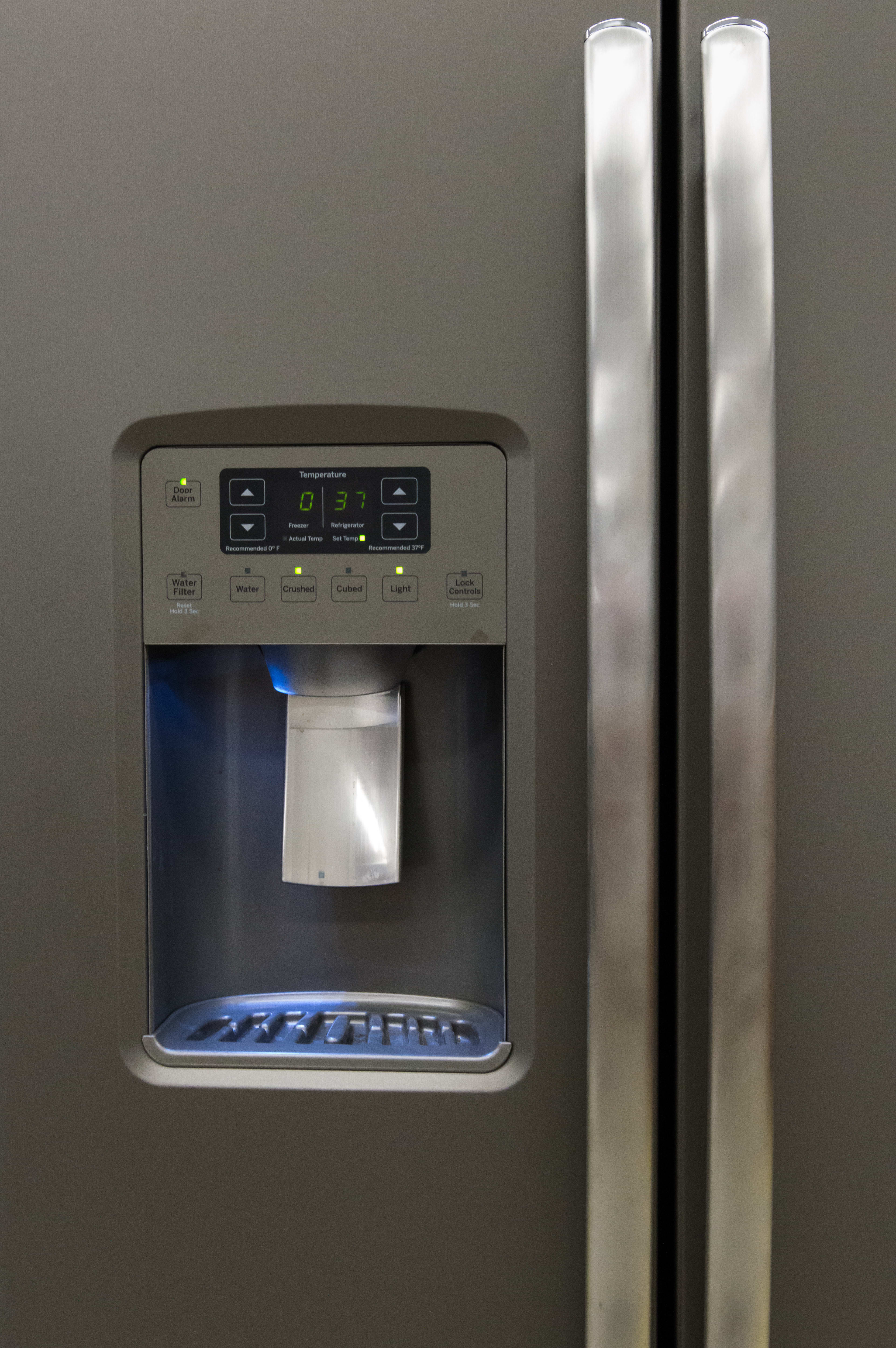 The exterior controls are clear and attractive, offering water, ice cubes and crushed ice.