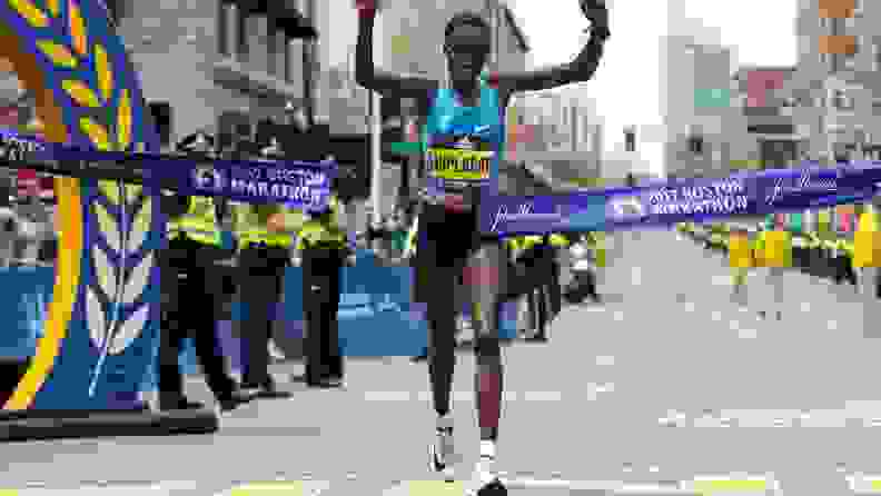 Edna Kiplagat crossing the finish line in first place in her pair of Nike Zoom Vaporfly 4%s at the 2017 Boston Marathon..